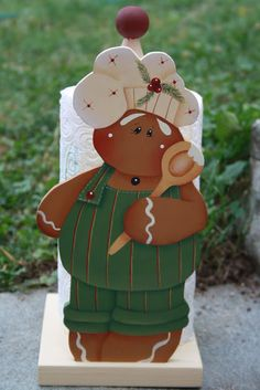 Gingerbread trae scottex Gingerbread Ornaments, Christmas Gingerbread, Christmas Wood, Country Christmas, Christmas Candy, Christmas Projects, Christmas Ornaments, Paper Towel Crafts, Wood Crafts