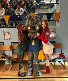 BTS of Riverdale Madelaine Petsch and Vanessa Morgan Riverdale Cheryl, Bughead Riverdale, Riverdale Archie, Riverdale Funny, Riverdale Memes, Archie Comics, The Cw, Betty & Veronica, The Golden Girls