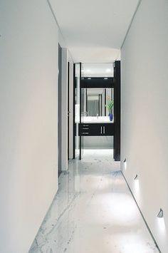 Detalhe da circulação dos dormitórios. Observar a iluminação de rodapé.
