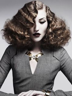 by Hob Salons Hairstyles präsentiert von www.my-hair-and-me.de  #women #hair #haare #locken #lockig #curls #curly #seitenscheitel #necklace #kette #brown #braun