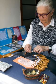 Old lady making lace by hand using pins and bobbins, Bruges, West Flanders, Belgium, Europe