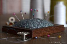 Schöne Upcycling-Idee: Praktische Nadelkissen aus Bilderrahmen und Stoffresten. Mit dieser Anleitung kannst du deinen Nähhelfer ganz einfach selber machen.