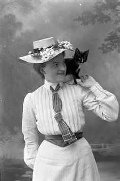 1905 (Photo by Ingeborg Enander) Belt, hat, tie, cat! Edwardian Fashion, Edwardian Era, Vintage Girls, Vintage Outfits, I Love Cats, Cool Cats, Cat People, Cat Photography, Women Sleeve