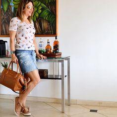 Não podia deixar de usar o #jeans que eu tanto me identifico. E sábado combina com aquele #look bem a vontade, despretencioso, descomplicado, né? A novela das saias vai até amanhã. Estão gostando da sequência temática a cada semana? #denim #skirt #casual #comfy