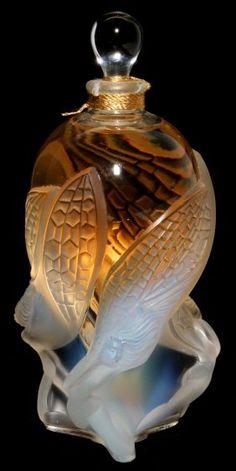 Elaborate vintage cut glass perfume bottle by Rene Lalique, France - Parfüm - Lalique Perfume Bottle, Crystal Perfume Bottles, Antique Perfume Bottles, Vintage Perfume Bottles, Art Nouveau, Perfumes Vintage, Jugendstil Design, Glas Art, Beautiful Perfume