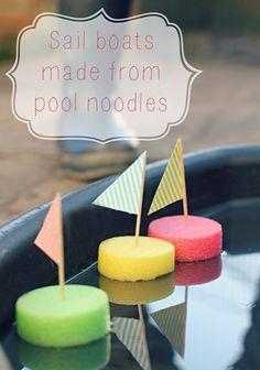 Brico de petits bateaux tout simple à faire avec des nouilles de piscine...