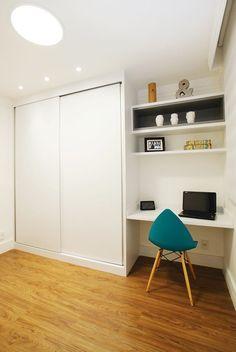 Tons amadeirados e ambientes integrados compõem o apartamento de 69 m² de um casal na capital paulista.