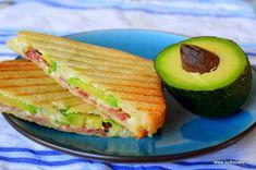 Sandwich cald cu avocado Quesadilla, Avocado, Sandwiches, Cooking Recipes, Breakfast, Cake, Knives, Morning Coffee, Lawyer