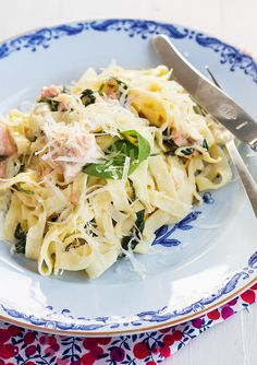 Creamy Salmon pasta with spinach and Parmesan I Love Food, Good Food, Yummy Food, Creamy Salmon Pasta, Best Pasta Dishes, Danish Food, Swedish Recipes, Food Goals, Fish And Seafood