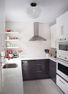 Küçük mutfağınızı daha geniş göstermek ve daha pratik kullanmak için dekorasyon hilelerinden faydalanabilirsiniz. Küçük mutfaklar için dekorasyon örnekleri Pudra.com'da.