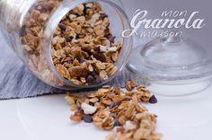 Vous aimez le muesli croquant mais déplorez son tarif hors-de-prix ? Faites-le vous même avec celle recette de granola maison aux fruits secs et chocolat !
