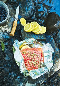 3 Easy Summer Campfire Recipes Your Entire Family Will Enjoy 3 Easy Camping Recipes. Delicious camping recipes such as chili, quinoa granola, and Foil-Packet Salmon With Lemon, Thyme, and Blueberry are sure to please the entire family! Campfire Desserts, Campfire Food, Camping Meals, Camping Recipes, Family Camping, Camping 101, Camping Life, Foil Packets, Cold Meals