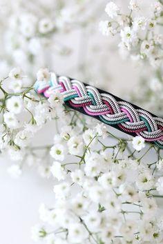 Smalt tennarmband med koppartråd i rosa, cerise och turkos Jewlery, Jewelry Bracelets, Bangles, Diy Arts And Crafts, Diy Crafts, Bone Jewelry, Reindeer, Weaving, Jewelry Design