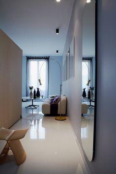 Un miroir dans un couloir sombre pour capter la lumière // A mirror in the hall to catch the light