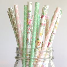 You and your party guests will be delighted with these elegant vintage style and sweetly feminine party straws. This multipacks features 5 varieties: polka dots, damasks, floral and quatrefoil pattern