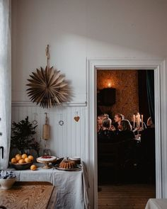 Love these natural Christmas decorations! Love these natural Christmas decorations! Swedish Christmas Decorations, Natural Christmas, Christmas Porch, Noel Christmas, Scandinavian Christmas, Christmas Mantels, Scandinavian Home, Winter Christmas, Simple Christmas