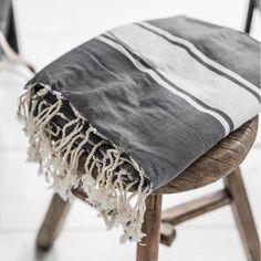 Perinteisestä Hamam- pyyhkeestä, joka tunnetaan myös nimellä Fouta on tullut erittäin suosittu. Ota mukaan matkoille, kuntosalille ja rannalle tai luo eksoottista hamamin tunnelmaa kylpyhuoneeseesi.
