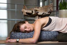 Yin Yoga: 5 wohltuende & entspannende Übungen mit Kissen und Bolster   Manchmal passen Kooperationen einfach wie der Yogi nach Indien. Kürzlich war ich noch bei einem wundervollen Yin Yoga Workshop und wollte mir danach Kissen und Bolster für zu Hause besorgen, da fragte mich #DoYourSports, ob ich ihre testen möchte. Aber na klar! Hier stelle ich meine fünf liebsten Yin Yoga Übungen vor, die du mit der weichen Unterstützung genießen kannst. via @ohmyyogi