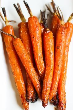 Carottes rôties au miel et au thym - Elle Mijote Quelque Chose Roasted Carrots with Honey and Thyme Good Healthy Recipes, Vegan Recipes, Cooking Recipes, Spicy Cauliflower, Zucchini Bread Recipes, Roasted Carrots, Quelque Chose, Food Videos, Salad Recipes