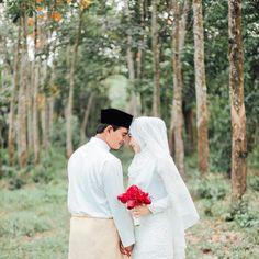Omogot no omg kasangkaping po [ pose mangagarit with hamparan bahata ] Wedding Couple Poses, Pre Wedding Photoshoot, Wedding Shoot, Wedding Couples, Muslim Wedding Photos, Malay Wedding Dress, Muslimah Wedding Dress, Cute Muslim Couples, Foto Wedding