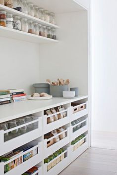 Le renouveau du garde-manger pour un rangement design dans la cuisine - Kitchen storage : stylish pantry // Hellø Blogzine blog deco & lifestyle www.hello-hello.fr
