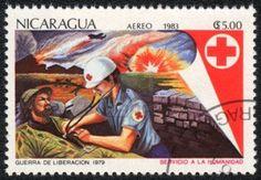 NICARAGUA - CIRCA 1983: Un sello impreso en NICARAGUA muestra de rescate resultaron heridas, de las series de la Cruz Roja, alrededor del año 1983 Foto de archivo - 13960532