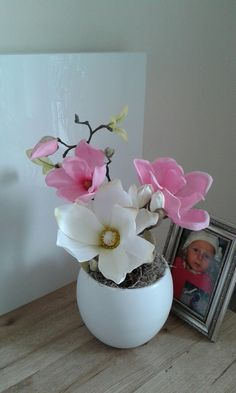 Magnolie...+Celoroční+dekorace+s+magnolií.+Výška+dekorace+39cm,délka+24cm,šířka+17cm.+Na+výrobu+jsem+použila+kvalitní+materiál+(výrobce+ČR+a+Holandsko). Vase, Home Decor, Flowers, Magnolias, Decoration Home, Room Decor, Vases, Home Interior Design, Home Decoration