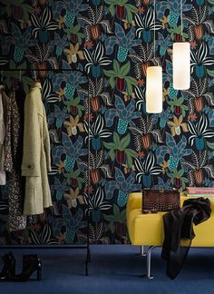 Fiori misteriosi per chi ama un look neodark anche nell'arredo casa. Home trends 2017 Wallpaper Wall and Decò.