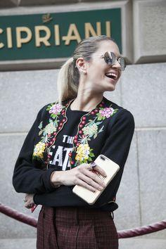 ファッショニスタの愛用ガジェットは?最新スタイルは?NYコレクションスナップ Street Style, Flower, Fashion, Moda, Urban Style, Fashion Styles, Street Style Fashion, Fashion Illustrations, Street Styles