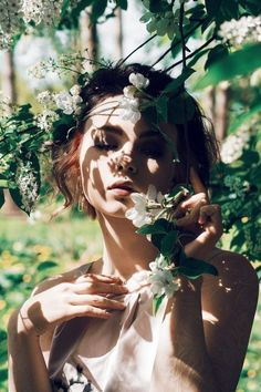 Portrait photography with a natural setting, shadows and strong sunlight - Creative Self Portrait Photography Inspiration - Photographie Spring Photography, Artistic Photography, Photography Photos, Creative Photography, Nature Photography, Photography Flowers, Photography Lighting, Photography Backdrops, Ethereal Photography