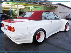 Liebe AutoErlebniswelt Freunde, ein BMW 325i aus den 1980ern ist auch als Cabrio zu puristisch, als dass man ihn nicht fett tunen sollte. Ein solches Prachtexemplar, das de facto Standard war unter den Yuppies dieser Zeit, steht jetzt auf einer Online-Plattform zum Verkauf. Ob den jemand von Euch haben möchte? Ich würde mir dieses Teil nicht zulegen, auch wenn ich Geld dafür übrig hätte!