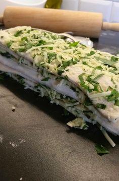 Vitlöksbröd med örter och ost - Zeinas Kitchen Zeina, Zucchini, Cabbage, Grilling, Food And Drink, Pizza, Snacks, Baking, Vegetables