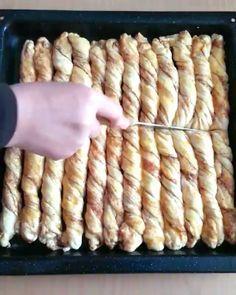 """Bu ara #tarifimcahideye etiketinde güzel videolar artmaya başladı. İşte onlardan biri @zubeydemutfakta ya ait Amasya Çöreği videosu. Ellerine sağlık…"" Turkish Snacks, Turkish Recipes, Sweet Pastries, Bread And Pastries, Homemade Pastries, Arabic Food, How To Eat Less, Food Presentation, Yummy Cakes"