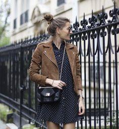 Look : robe marine à pois blancs + veste motard marron en daim >> http://www.taaora.fr/blog/post/look-robe-courte-boutonnee-bleu-marine-imprimee-veste-motard-daim-marron #streetstyle