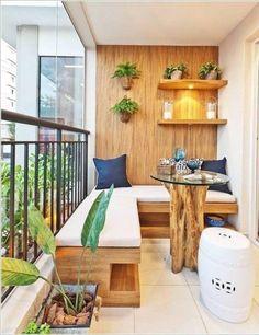 aménagement balcon avec canapé d'angle en bois massif, table ronde en bois flotté et coussins décoratifs