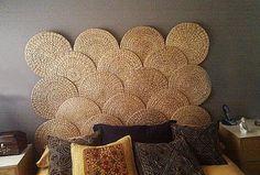 Une super idée à retenir avec cette tête de lit constituée de sets de table ronds. Choisissez-les de préférence tressés en jacinthe d'eau ou en feuille de palmier pour leur aspect naturel. Pour obtenir le même effet que dans cette chambre, alignez quatre sets au-dessus du lit, puis posez par-dessus trois autres sets en quinconce. Superposez les couches sur au moins cinq niveaux.