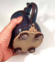 It has feet! Adorable feet! And, it's a male 😂 Gotta love such attention to detail! Slab Pottery, Pottery Mugs, Ceramic Pottery, Best Coffee Mugs, Coffee Cups, Pottery Handbuilding, Clay Mugs, Ceramic Cups, Kettlebell