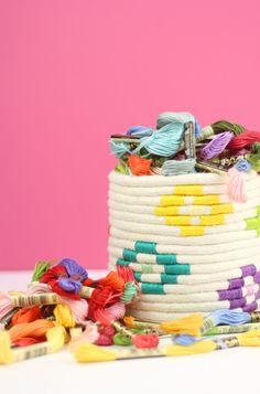 Amber de Damask Love  ha decorado una caja para guardar sus hilos Mouliné  con cuerda y los mismos hilos de colores. Porque con Moul...
