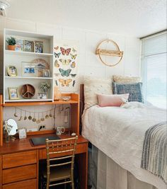 Dorm Design, Dorm Room Designs, Room Design Bedroom, Room Ideas Bedroom, Dorm Room Themes, College Bedroom Decor, College Dorm Rooms, Cozy Dorm Room, Desk Hutch