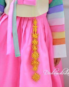 Korean Traditional, Traditional Art, Traditional Outfits, Korean Crafts, Korean Accessories, Korea Dress, Modern Hanbok, Hair Jewelry, Hair Pins