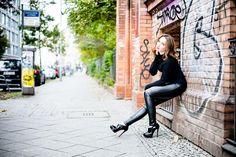 Lederhose Wolford mit Christian Louboutin Booties und schwarzem Pullover - Makeup und roter Lippenstift - Fashionblog - Berlin - Modebloggerin in elegantem Fashion-Outfit - Lookbook - OOTD