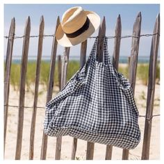 Beach bag and sun hat - ready for a day of relaxing at the ! My Style Bags, Lavender Bags, Diy Tote Bag, Linen Bag, Fabric Bags, Cloth Bags, Jute, Drawstring Backpack, Pouch