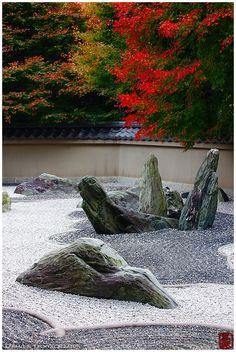 Erected stones in rock garden (Ryougin-an 龍吟庵) – Japanesegarden
