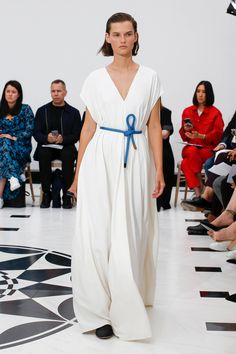 Victoria Beckham Spring 2019 Ready-to-Wear Collection - Vogue Spring Fashion Trends, Fashion Week, Runway Fashion, London Fashion, Couture Fashion, Victoria Beckham Vogue, Fashion Show Collection, Vogue Paris, Marie