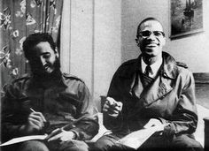 A 1960 photograph of a meeting in Harlem with Fidel Castro and Malcolm X. Malcolm X and Castro met there when the Cuban leader stayed in the African community to protest racism in mid-Mahattan during the early Fidel Castro, Malcolm X, Oncle Sam, Che Guevara, By Any Means Necessary, Black History Facts, Rare Pictures, Rare Photos, African Diaspora