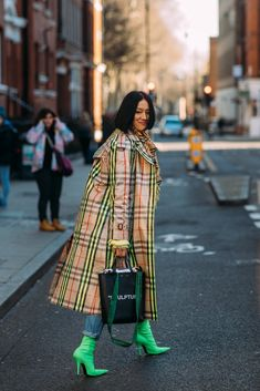 Forget About the Shows — London Fashion Week Is All About the Street Style Foto Fashion, Big Fashion, Trendy Fashion, Fashion Looks, Fashion Outfits, Womens Fashion, Fashion Trends, Fashion Spring, Feminine Fashion