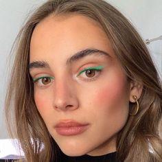 blue eyeliner looks . blue eyeliner how to wear Gel Eyeliner, Rosa Eyeliner, Pink Eyeliner, Natural Eyeliner, Natural Makeup, Color Eyeliner, Natural Beauty, Summer Makeup, Makeup Ideas