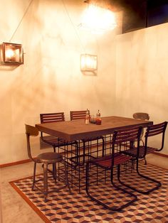 Mesas, sillas y muebles en la decoración del restaurante El Quiosc de Can Carreras.