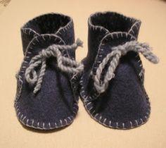 Felt baby booties pattern Too cute! Felt Booties, Felt Baby Shoes, Cute Baby Shoes, Crochet Baby Shoes, Crochet For Boys, Booties Crochet, Crochet Hats, Baby Moccasin Pattern, Baby Shoes Pattern