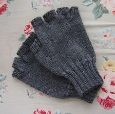 Men's Fingerless Gloves pattern by J. Campbell Men's Fingerless Gloves pattern by J. Fingerless Gloves Crochet Pattern, Fingerless Gloves Knitted, Mittens Pattern, Knit Mittens, Knitted Hats, Knitting Blogs, Knitting Stitches, Knitting Patterns, Knitting Accessories